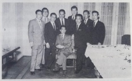 """Kim Kwan Ok, el primero a la izq., junto a otros prisioneros norcoreanos, ya en Argentina. Foto: libro """"La inmigración coreana en Argentina"""", de Lee Kyo Bum, editorial Sunyoungsa, Seúl, 1990."""