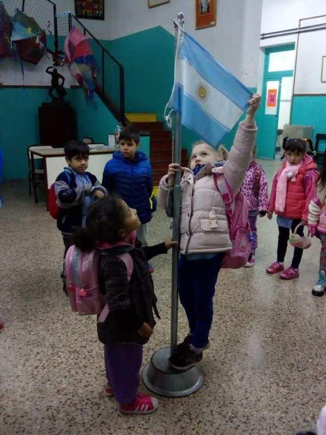 Eva María, venezolana de 4 años, acompañó a la niña que izó la bandera: está en Buenos Aires desde diciembre de 2017.