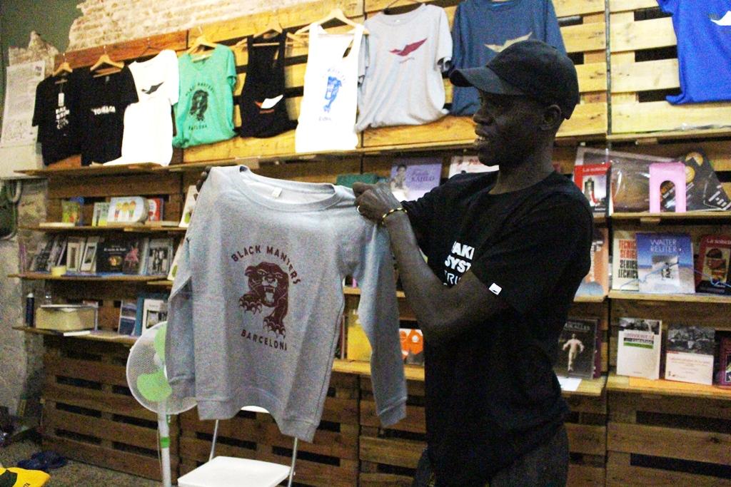 El senegalés Mansour Dgite sostiene el diseño más vendido de Top Manta.