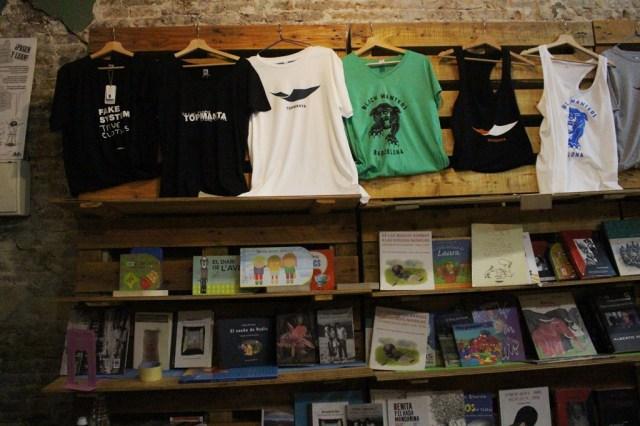 En el negocio de Top Manta hay remeras, buzos, bolsas de tela, zapatillas y libros. Fotos: JS