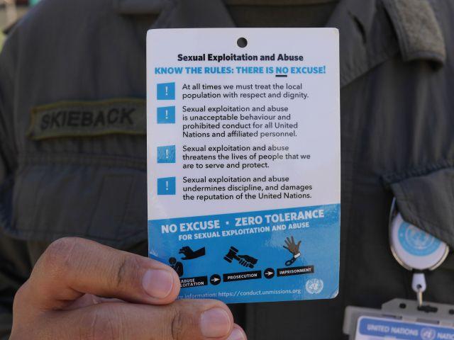 A partir de los escándalos de abuso sexual, los Cascos Azules ahora deben llevar consigo esta tarjeta a todo momento.