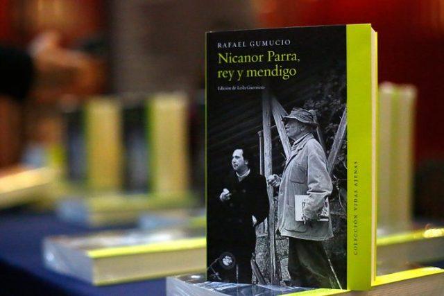 El libro de Gumucio sobre Parra se publicó este año en Chile. Foto: UDP.