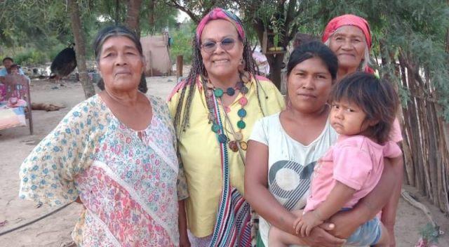 Grupo de tres mujeres y una niña indígenas.