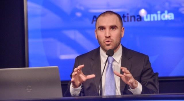 El ministro de Economía, Martín Guzmán, sentado mientras habla durante una exposición.