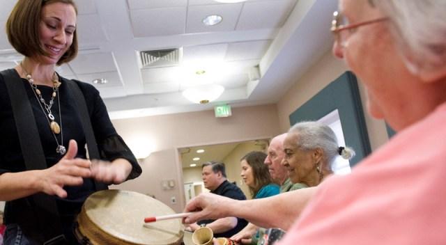 Terapeuta trabaja con la música con pacientes con Alzhéimer.