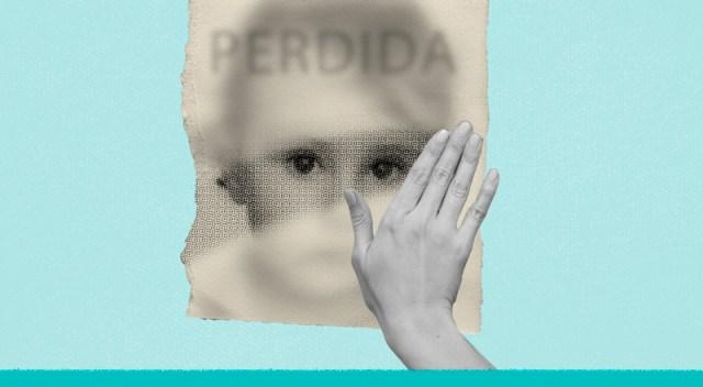 Una mano desempolva un recorte, detrás del cual está el rostro de una persona perdida.