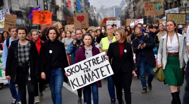 Jóvenes se movilizan por el clima en una marcha.