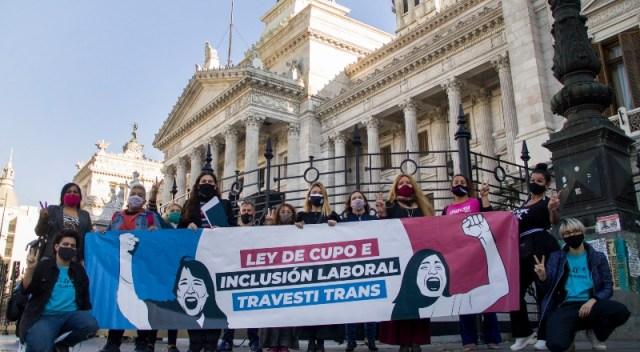 Personas reclaman frente al Congreso por la ley de cupo laboral t