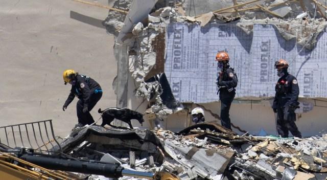 Rescatistas buscan a personas desaparecidas entre escombros del edificio de Miami que se derrumbó.
