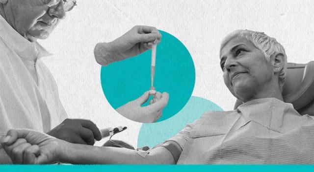 Mujer sonríe al hombre que le hace una extracción mientras dona plasma.