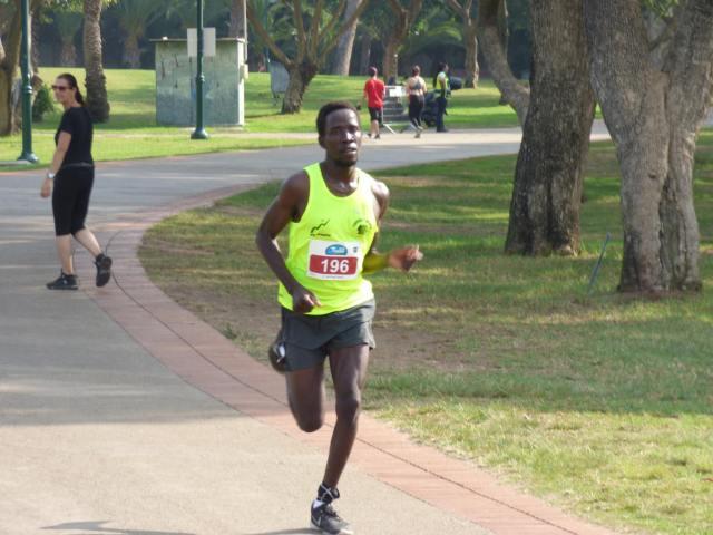 Atleta corre en una carrera de fondo.