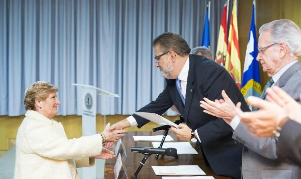 Concepción Ferrer recoge el premio en la ceremonia de la Facultad de Medicina