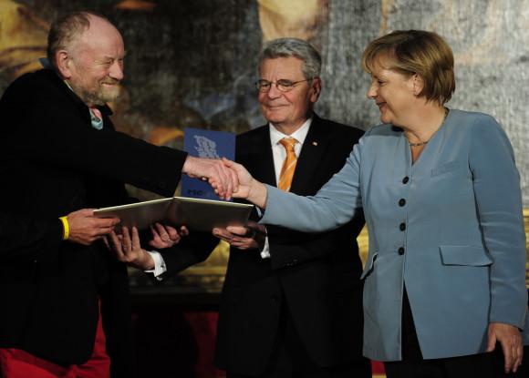 https://i2.wp.com/www.redakteur.cc/wp-content/uploads/merkel-westergaard-auszeichnung-medienpreis.jpg