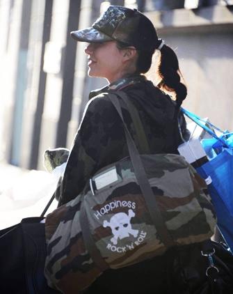 Nicole Minetti + borsa Happiness Army militare