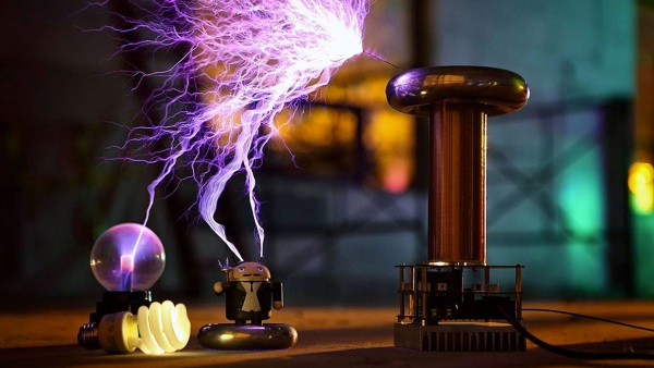 OneTesla Musical Tesla Coil Kit in use