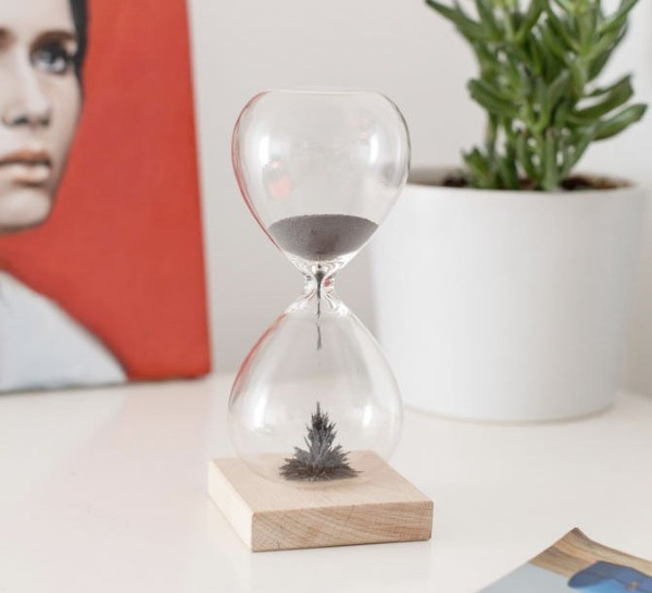 Magnetic Hourglass – keep time in the most dramatic way possible