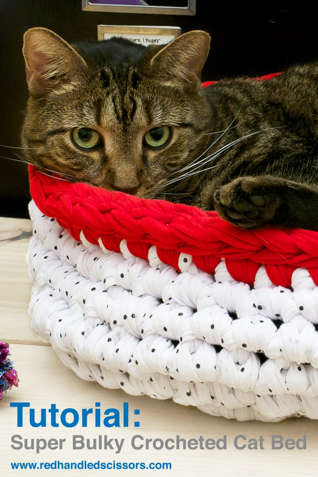 Tutorial: Super Bulky Crocheted Cat Bed: Looking for a quirky, modern cat bed for your four-legged favorites? Make a super bulky crocheted cat bed!