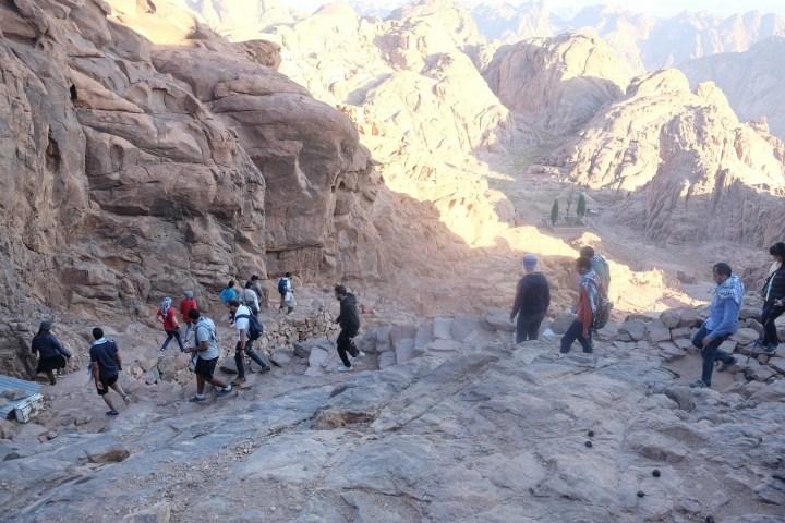 Turun gunung setelah semalam sebelumnya mendaki Gunung Sinai