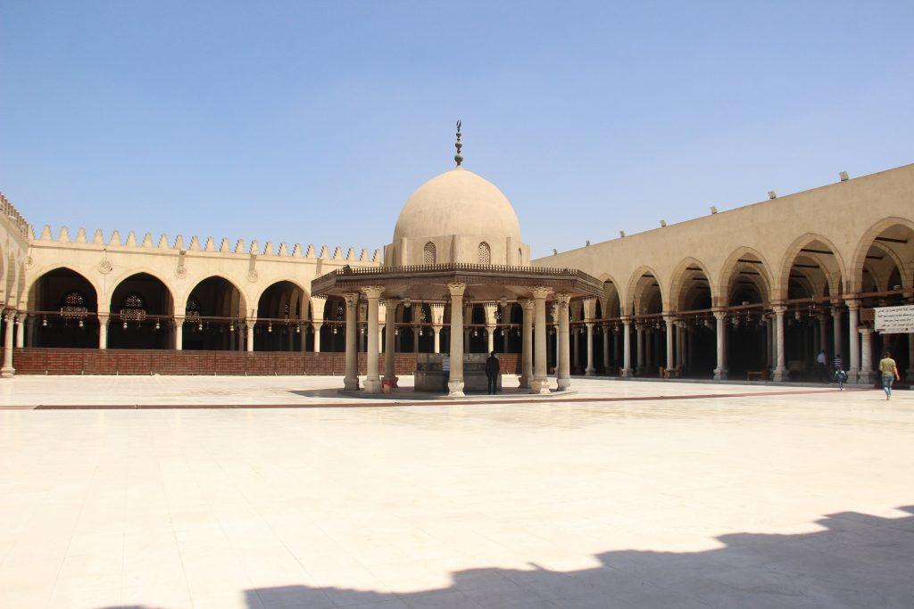 Bagian dalam Masjid Amr Ibn Al As di Kairo, Mesir