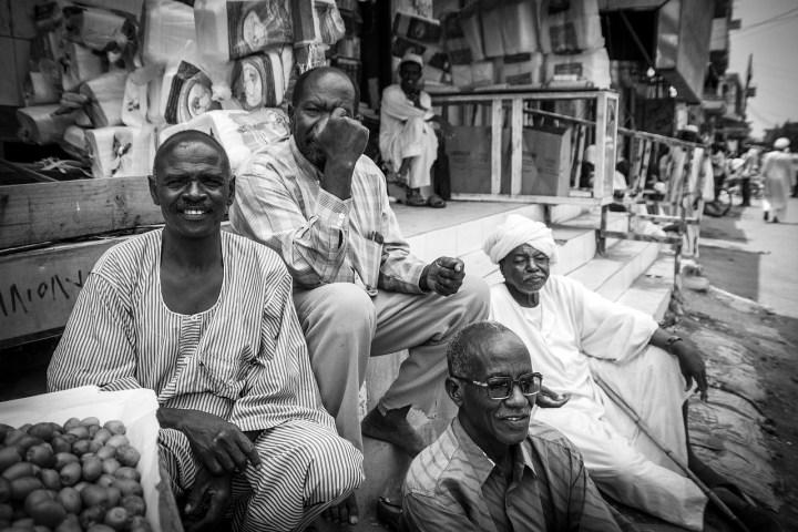 Orang Sudan memakai pakaian jallabiah