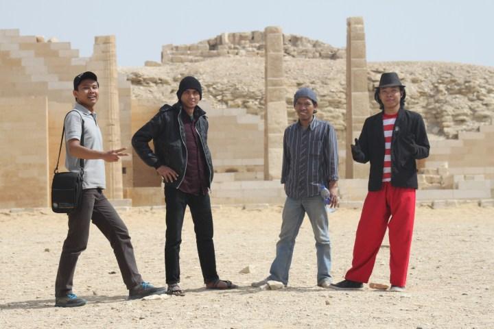 Berfoto bersama di komplek piramida Djoser