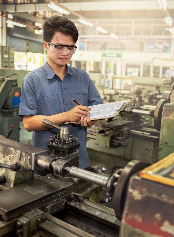 Quality Controller memeriksa hasil proses produksi