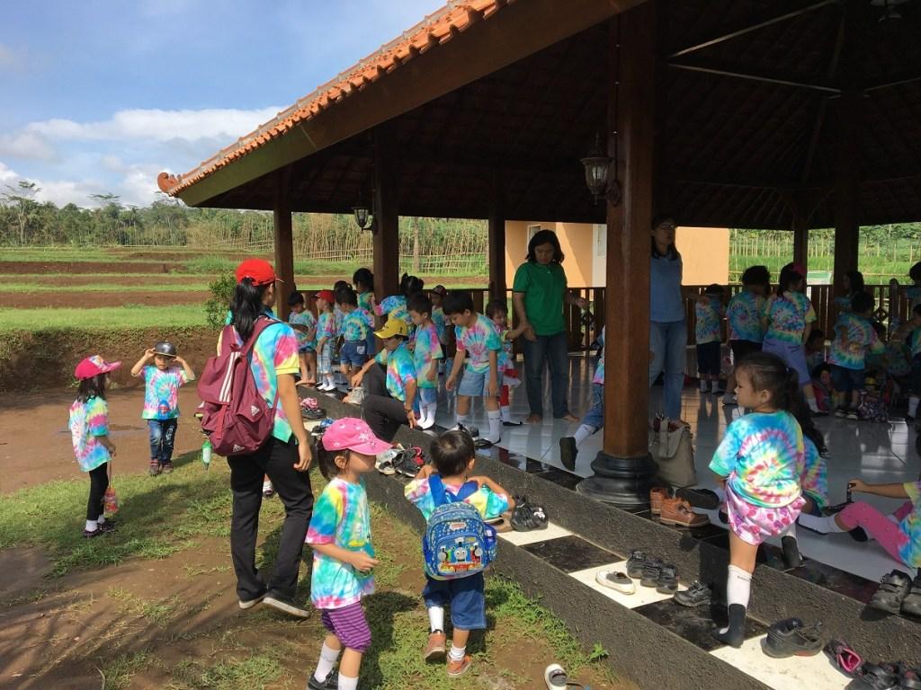 Kunjungan siswa TK ke Kebun Jeruk Pak Tarso