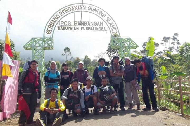 Berfoto di depan pintu gerbang pendakian Gunung Slamet di Desa Bambangan, Purbalingga