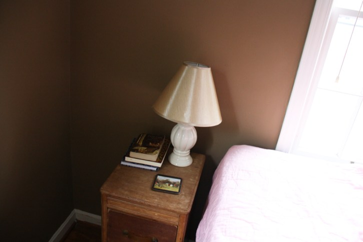 Vintage nightstand and lamp |redleafstyle.com
