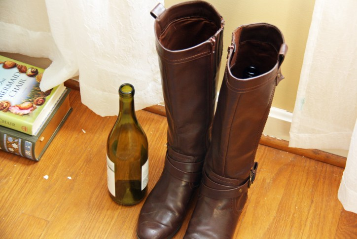 Use wine bottles to hold up boots | redleafstyle.com
