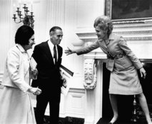 Pat Nixon welcomes Helen Thomas to the White House in 1971