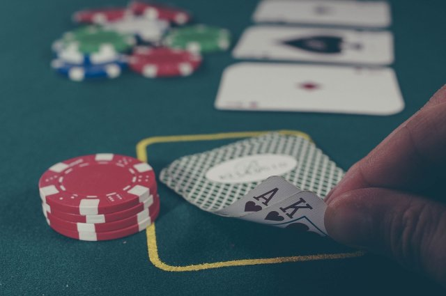 guy-playing-poker-looking-at-cards
