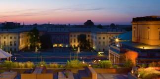 Hoch über der Hauptstadt lässt es sich bei Yoga auf der Terrasse im Hotel de Rome entspannen