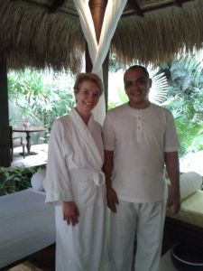 Susanne Stoll und Therapeut Ari (mit 10 von insgesamt 20 Fingern der Massage)