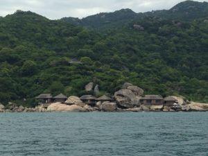 Blick auf das Resort von der Seeseite aus.