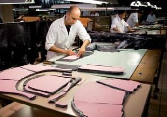 Für Taschen und Koffer werden hochwertigstes Leder und die bekannten Stoffmuster in Handarbeit zugeschnitten und genäht