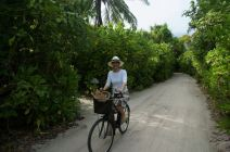 SPA inside-Chefredakteurin Franka Hänig auf Fahrradtour durch das Six Senses Laamu.