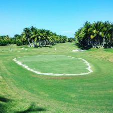 18 Golfplätze mit mehr als 350 Loch gibt es in der Dominikansichen Republik - viele davon mit Blick aufs Meer oder direkt am Wasser gelegen.