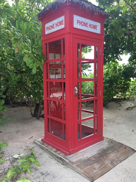 Von der roten Telefonzelle aus kann man überall hin telefonieren - 3 Minuten sogar kostenfrei.