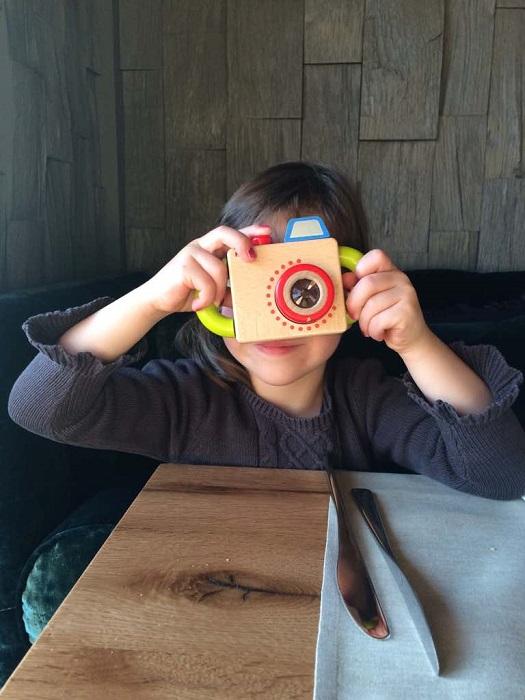 Ausgeborgt: Die coole Holzkamera aus dem Kinderclubehalten