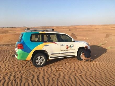 Ein tolles Erlebnis: Safari-Tour durch die Wüste. Um dort gut fahren zu können, lässt der Fahrer Luft aus den Reifen. Organisiert wurde die Tour von Dubai Tourismus und Orient Tours erwähnen. Fahrer Noufal brachte Franka sicher durch die Wüste.