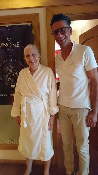 Monika Kukla wird mit Ralph Wurzbach vor ihrem Vinoble Treatment.