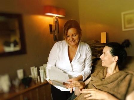 Beim Facial legte Luise Koefer, CEO Vinoble Cosmetics, legt beim Facial selbst Hand an. (c) Sandra Kottmann