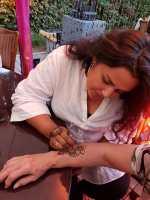 Sehr beliebt... bei den Henna Künstlerinnen standen die Interessierten Schlange