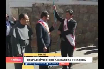 DESFILE CÍVICO CON PANCARTAS Y MARCHA