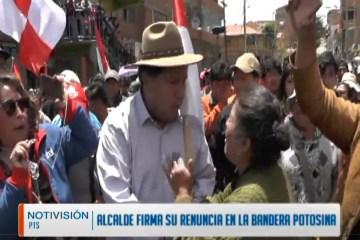 ALCALDE FIRMA SU RENUNCIA EN LA BANDERA POTOSINA