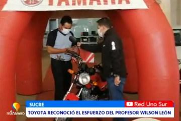 RECONOCEN EL ESFUERZO DEL PROFESOR WILSON LEÓN CON UNA MOTOCICLETA
