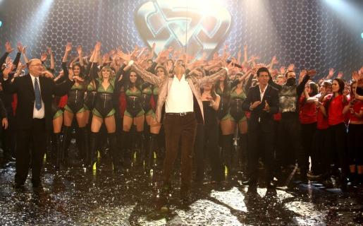 Marcelo Tinelli alzando los brazos al finalizar la apertura (Foto: Ideas del Sur)