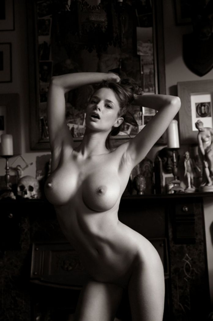 Emily-Shaw-Nude-Is-Back-With-A-Bang-4