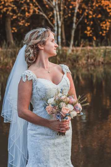 wedding photography bride with flowers in autumn